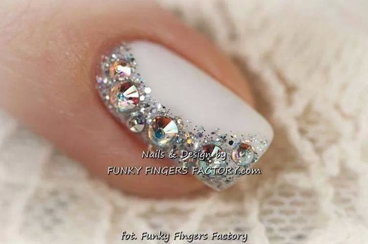 This would be a beautiful feature nail for your wedding day, the perfect combination of white and glitter rhinestones.
