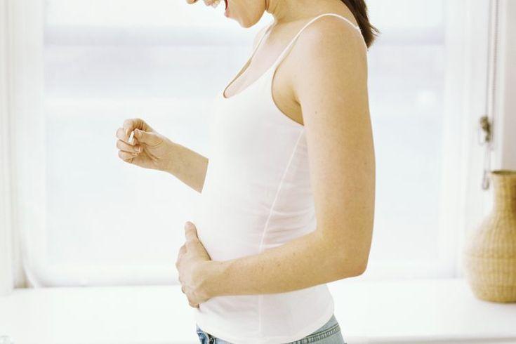 Remedios para las náuseas matutinas. Aproximadamente el 70 al 85 por ciento de las mujeres experimentan náuseas matutinas al comienzo del embarazo, de acuerdo con la American College of Obstetricians and Gynecologists. Las náuseas y/o vómitos suelen comenzar alrededor de la semana 4 a 9 de embarazo ...