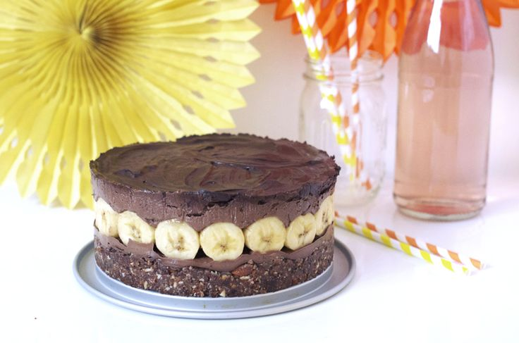 Recette facile de mon gâteau d'anniversaire cru, vegan, sans gluten au chocolat et banane ! Je suis fière de ce beau layer cake cru, vegan, sans gluten !
