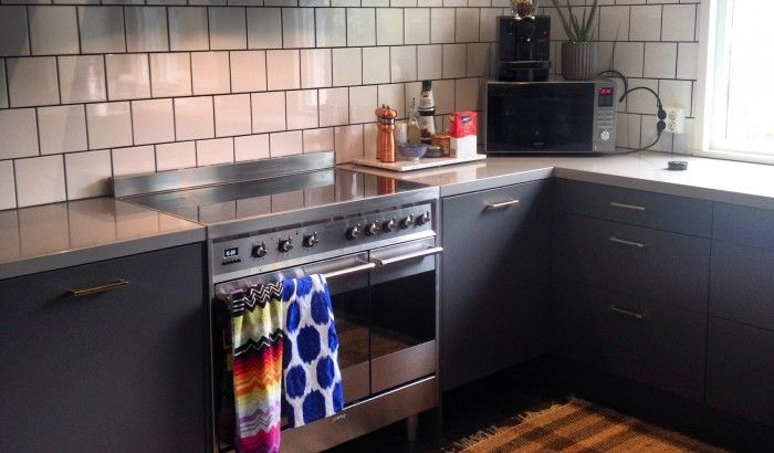 Vinnare korad i Allabeslags sommartävling. Vår kund - Charlotte Bergdahl från Luleå har gett sitt kök ett rejält lyft med det stilrena handtaget 0143 i polerad mässing som passar mycket väl till de gråa luckorna. Stort grattis!  #köksdesign #mässingbeslag #handtag #knoppar #mässinghandtag #mässingknoppar #Allabeslag #köksinspo #renoveringstips #interiordesigntips