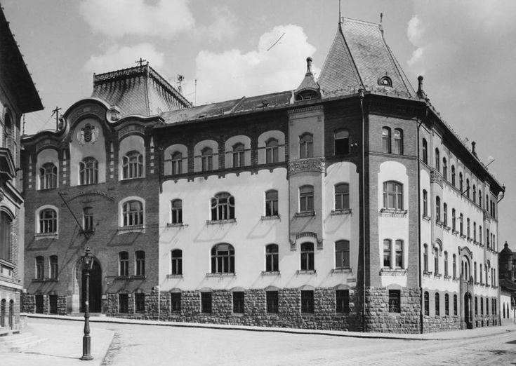 Kis Rókus utca - Kitaibel Pál utca sarok, az Országos Meteorológiai Intézet székháza.