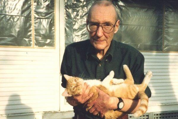 Il gatto non offre servizi. Il gatto offre se stesso. Naturalmente vuole cure e ospitalità. Non compri l'amore con niente. Come tutte le creature pure i gatti sono pratici.  _ William Burroughs _