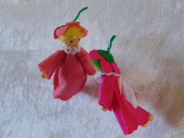 Zwei Blumenelfen aus Filz mit Flügeln, Größe ca.: 10 cm / Verwendete Materialien: Filz, Holzperlen, Pfeifenputzer, Wolle,Spitze  Herstellungsart liebevoll mit der Hand genäht, die Holzperlen und der Blumenhut sind geklebt  Es handelt sich hier um Deko-Objekte. NICHT ZUM SPIELEN GEEIGNET WEGEN KLEINTEILEN  VERKAUF ERFOLGT NUR PÄRCHENWEISE !!!  Der Preis versteht sich pro Pärchen !!