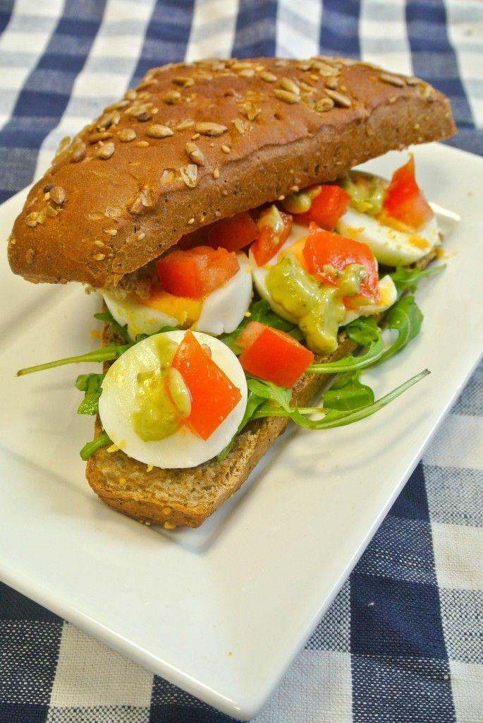 Broodje met ei, tomaat, pesto-mayonaise en rucola