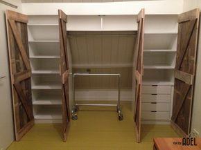 Inbouw kledingkast onder schuin dak met steigerbuis delen en sloophouten deuren