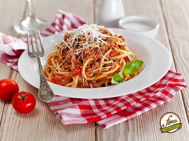 Спагетти «Болоньезе» в мультиварке Ингредиенты 350 г спагетти 1 ст. л. крупной морской соли 1 ст. л. оливкового масла Для соуса: 250 г говяжьего фарша 250 г свиного фарша 2 зубчика чеснока 1 луковица 1 морковка 2 черешка сельдерея 1 ст. л. оливкового масла 25 г сливочного масла 1 стакан молока 400 г томатов в собственном соку тертый пармезан соль, перец Приготовление Шаг 1 Подготовить мультиварку и ингредиенты. Шаг 2 Лук, морковь, чеснок и сельдерей очистить и мелко нарезать. Включить режим…