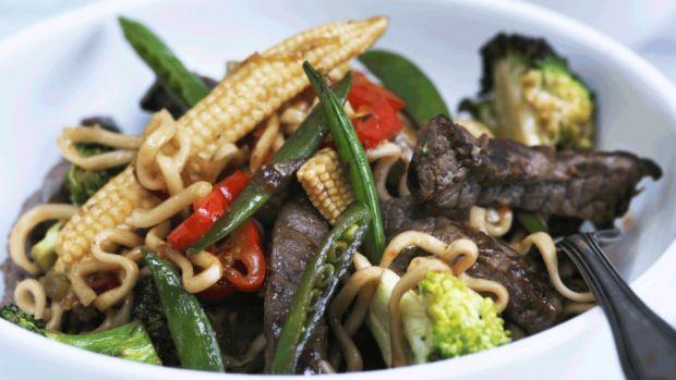 Lynstegt oksekød med sprøde grøntsager | Femina