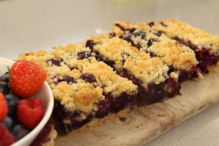 Recept voor Kruimeltaartrepen met rood fruit en chocolade - Koopmans.com