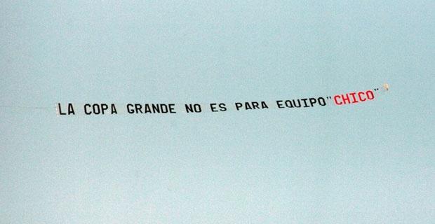 """La copa grande no es para equipo """"chico"""" - Lienzo en avión. Colo Colo."""