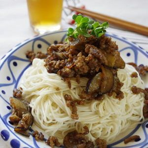 そうめんに肉味噌を合わせたジャージャー麺風そうめんです。