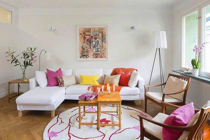 Вам надо найти наилучшее для сидения место в комнате и, стартуя именно отсюда, работать над расстановкой всей остальной мебели для гостиной.