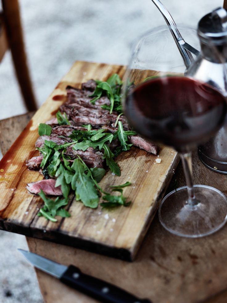 Rare meat with rucola and a glass of red wine!: Red Wine, Cut Boards, Para Acompaar, Meat, Savory Recipes, Tinto Para, Food Photography, Flank Steaks, Dinners Date