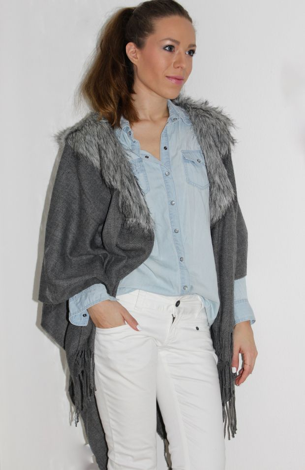 Fashionblogger Caroline from STYLE GLOBO shows how to wear a poncho, denim shirt and white pants. More on www.styleglobo.wordpress.com#ootd#poncho#grayponcho#denimshirt#whitepants#winterlook#lookdodia#fashionblogger#blogueirademoda#bloguerademoda#bloggerdemoda#bloguera#blogueira#jewelery