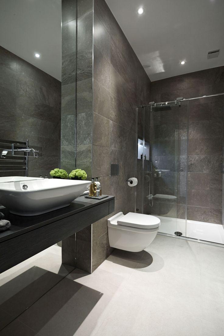 Натяжные потолки в ванной (45 фото): идеальный выбор http://happymodern.ru/natyazhnye-potolki-v-vannoj-45-foto-idealnyj-vybor/ Сложная текстура стен в сочетании с глянцевым полотном потолка - отличный дуэт