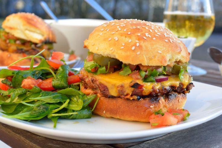 Chili-Burger mit Koriander Salsa und Jalapenos - Katha-kocht!