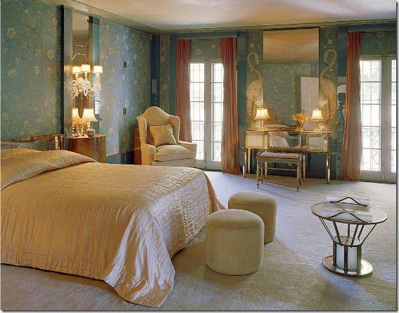 Стиль Элси де Вульф Оформление прикраватной зоны (туалетный столик с лампой и блокнотом, занавеси и постельное бельё  обычно были выполнены из одной ткани).