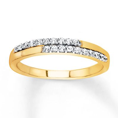 Add a little glamour to a classic fall look with this gold staggered diamond ring.
