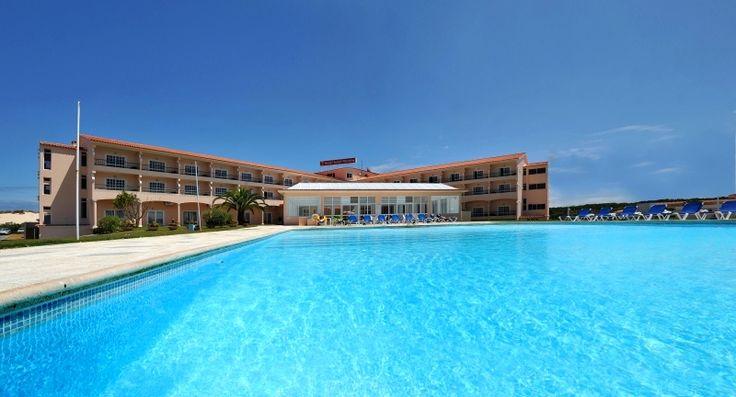 O Hotel Soleil Peniche está situado à entrada de Peniche, na estrada do Baleal em frente à praia da Cova de Alfarroba. Está construído em forma de T, com varandas em todos os quartos e com vista para as praias. Saiba Mais: http://www.lugaraosol.pt/pt/promocoes/item/hotel-soleil-peniche