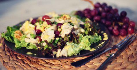 Kipsalade met blauwe druiven en kerriedressing, een voedzame en heerlijke maaltijdsalade. Er gaan ook blauwe druiven, walnoten, appel en verse peterselie in