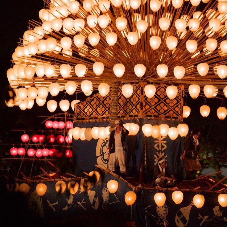 室町時代から続いている津島市の「天王祭」。5艘のまきわら船が天王川を漕ぎ渡る姿は提灯の明かりもあって綺麗です。 提灯の数は365個、中央高くに12個、1年の日数と月数を表しています。