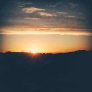 Nadie está exento de tener un revés en la vida, de sufrir un accidente, una enfermedad inesperada, o enfrentarse al dolor de los seres queridos. Durante los momentos de dolor, todo es tan intenso y parece que durará para siempre que olvidamos incluso que ya hemos pasado por duros trances con anterioridad y que luego volvimos a sonreír. Ser resiliente es recordarnos a nosotros mismos que por muy oscuro que esté el cielo…. después de la más grande de las tormentas siempre sale el sol
