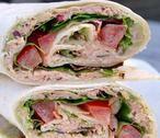 Wraps met tonijn, avocado en uitgebakken spek. Voor als je even geen zin hebt om uitgebreid in de keuken te staan! Het recept vindt je bij de bron.