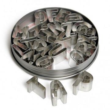Handig om namen uit te steken voor op de taart. Uitsteekvormpjes alfabet, set van 26 stuks in rond blikje