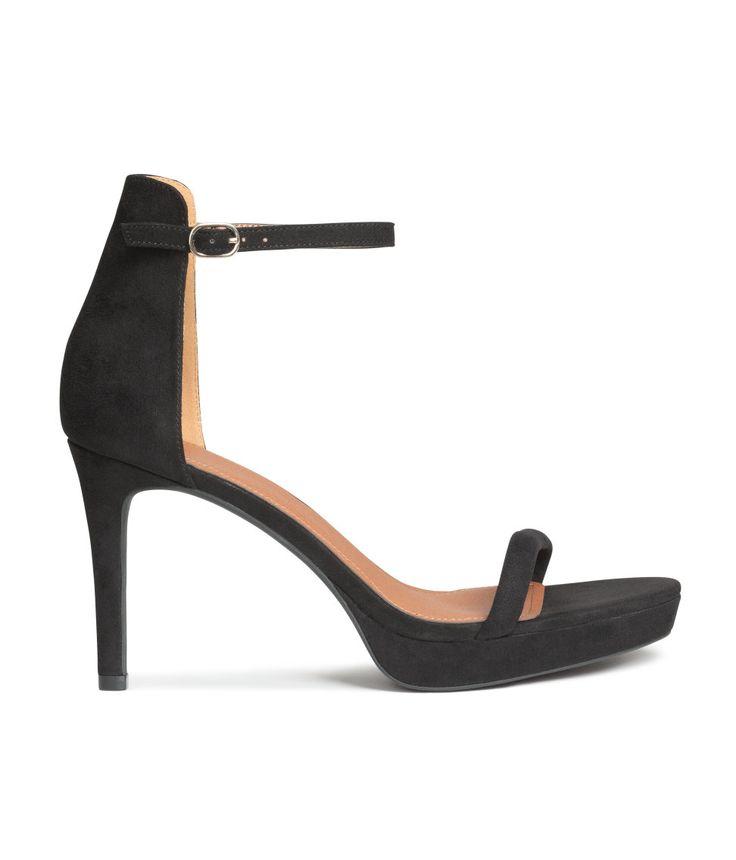 Schwarz. Sandaletten aus Velourslederimitat mit elastischem, verstellbarem Knöchelriemen und Metallschnalle. Futter und Innensohle aus Lederimitat. 20 € statt 30 € im Sale