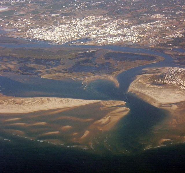 Imagem aérea de Olhão e da Ria Formosa.