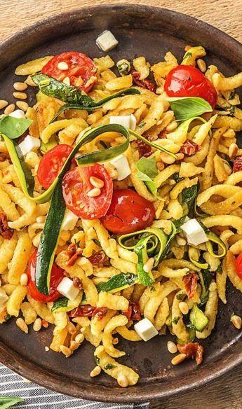 Gebratene Eierspätzle mit Mozzarella und Pinienkernen