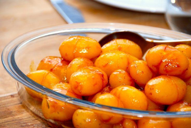 Lækker opskrift på brunede kartofler med sukkervand. Netop sukkervandet sikrer en ensartet karamel, og dermed verdens bedste brunede kartofler. Foto: Guffeliguf.dk.