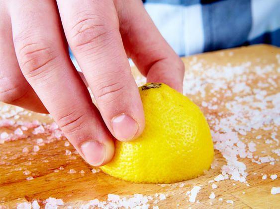 Schneidebrett mit Wasser und Zitrone reinigen