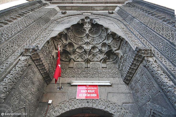 Hacı Kılıç Camii'nin medreseye açılan kapısı (Kayseri)