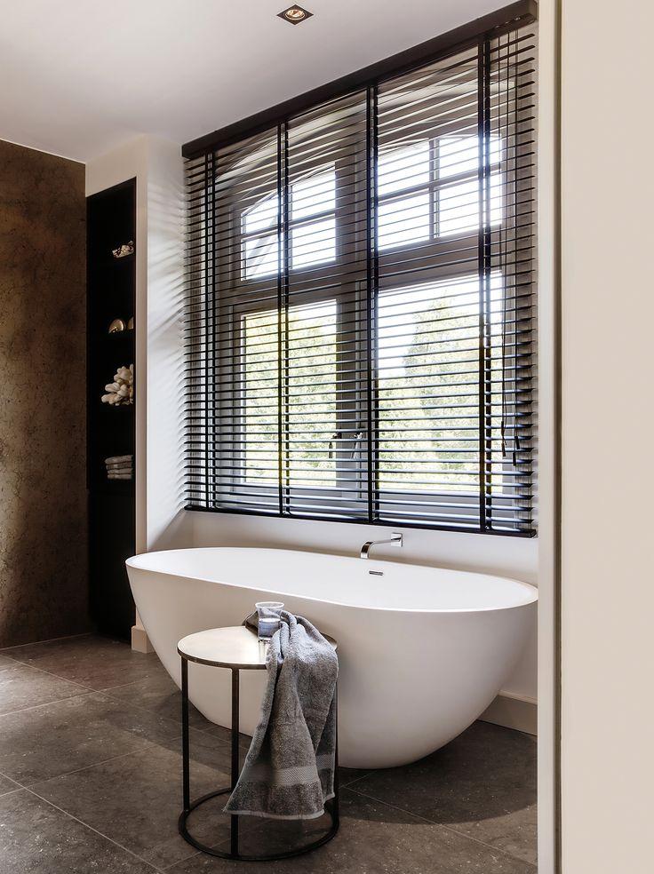 "Klassiek moderne badkamer met houten jaloezieën van Zonnelux. Foto: Denise Keus - ""Stijlvol Wonen"" - © Sanoma Regional Belgium N.V."