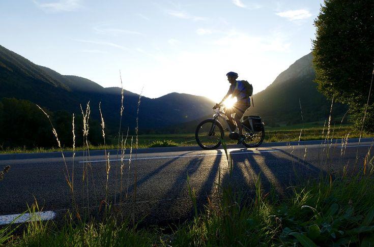 ¡Este fin de semana, ponte la ropa de deporte.. y sal a andar en bici! Hacer bicicleta es un deporte sano y divertido que tiene múltiples beneficios para tu salud. Realizar este ejercicio de forma moderada y constante te ayudará a mejorar tu estado físico y anímico. Descubre todos sus beneficios.