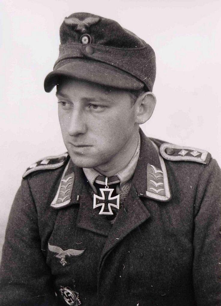 """Portrait du """"Oberfeldwebel"""" Adolf Weiß lors de la remise de la Ritterkreuz des Eisernen Kreuzes le 29 février 1944 comme Flugzeugführer 4 Schlachtgeschwader 77"""