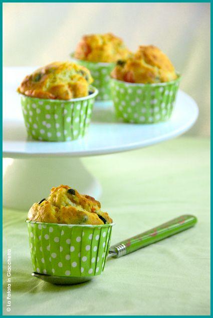 Ricetta dei muffin salati al gusto mediterraneo, ovvero con olive, capperi, pomdori e origano.