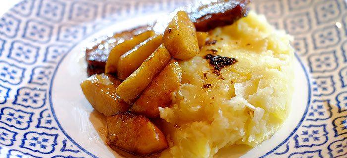 Zuurkoolstamppot met gekarameliseerde appel en pikante speklapjes