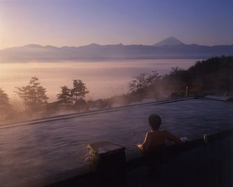 Hottarakashi Onsen- Acchi no Onsen & Kocchi no Onsen There are 2 different onsens to choose from at this Onsen. Both have an amazing view of Mt Fuji. Evening/Night view is the best!(ほったらかし温泉 あっちの湯こっちの湯)