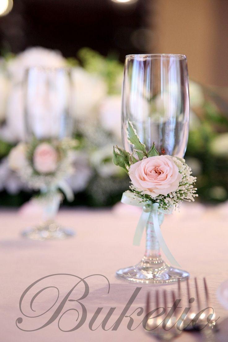 svadebniy-bokali-ukrashennie-rozoi-traheliumom.jpg (1067×1600)