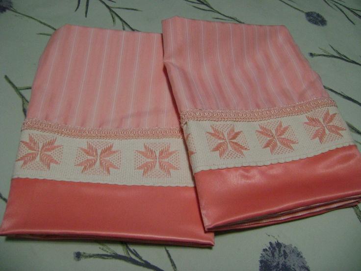 Funda de almohada, travesaño Para dar relieve y elegancia a la cama, las almohadas y travesaños son indispensables. Para vestirlos Eminza propone una gran selección de almohadas.