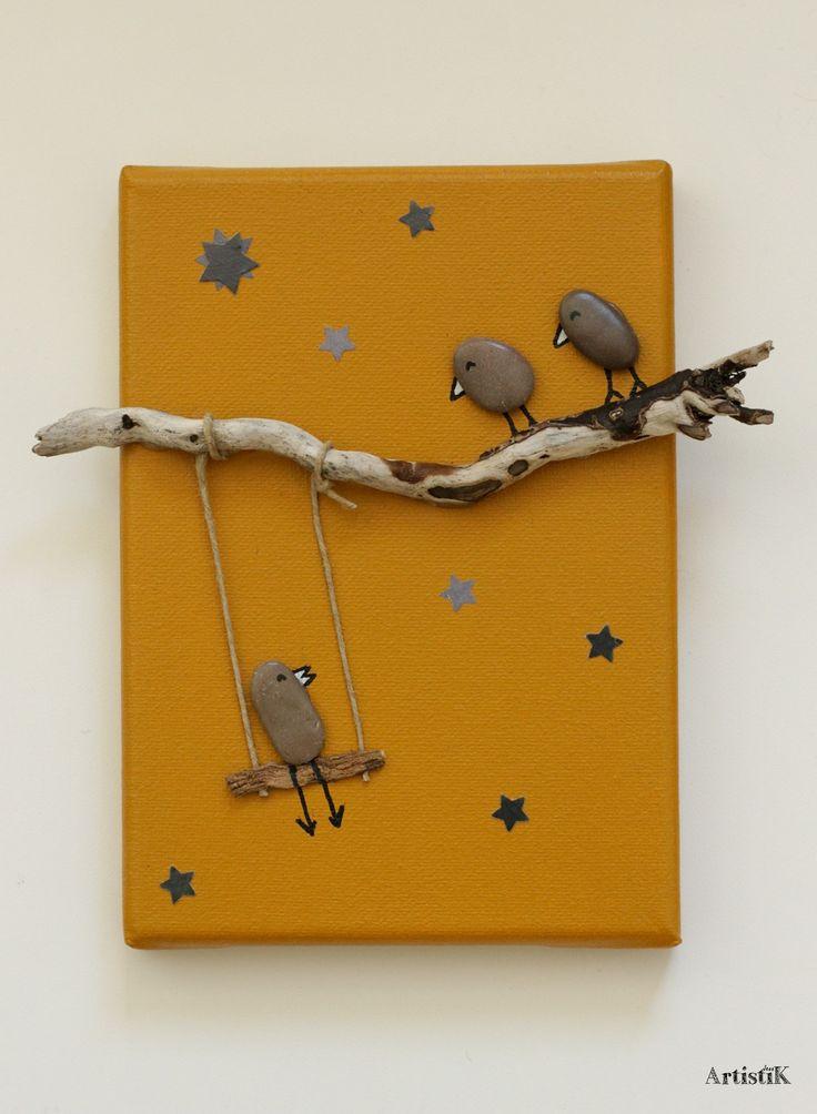 Tableau bois flotté galets 'La tête dans les étoiles' fond jaune ocre déco chambre enfant : Décorations murales par artistik