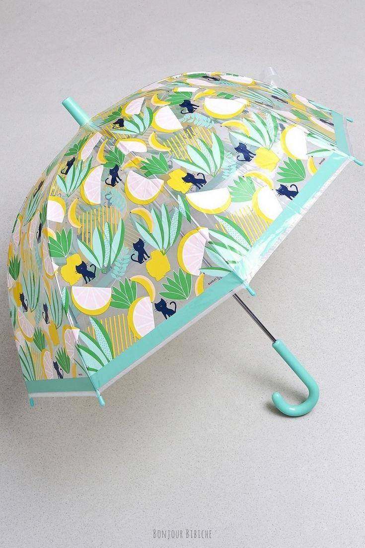 Un parapluie si mignon qu'on en viendrait à attendre les jours de pluie haha ^^ Ce joli parapluie pour enfant est transparent (pratique pour garder un oeil sur les petits), il est illustré de petits chats, d'agrumes et de plantes exotiques, il est signé Bandjo et il est disponible sur la boutique en ligne de @bonjourbibiche <3 Happy Shopping ! #parapluie #enfant #tropical