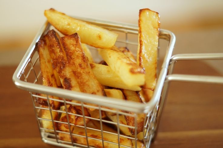 Fantastisk gode og lækre hjemmelavede pomfritter som er lavet i ovnen. Få opskriften her samt et par tips til sprøde hjemmelavede pomfritter.