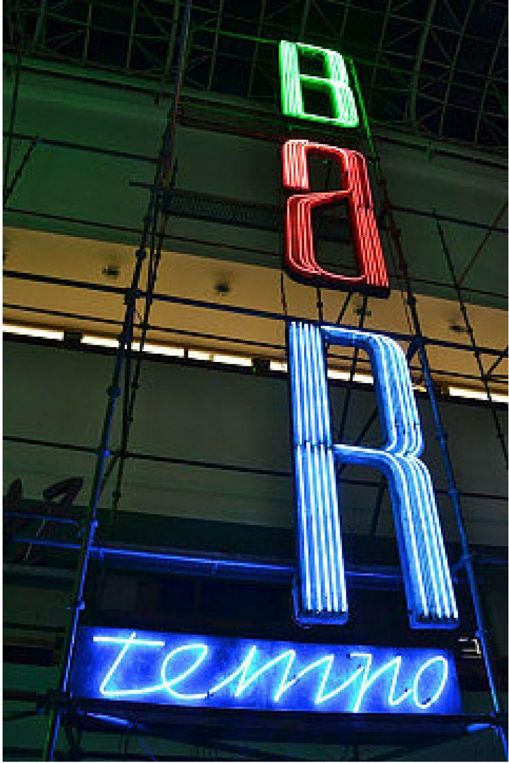 """""""MO"""", """"Kino Przyjaźń"""", """"RYTOSZTUKA"""". Wyjątkowe neony znów świecą. http://www.tvn24.pl/poznan,43/wystawa-neonow-w-muzeum-narodowym,528495.html"""