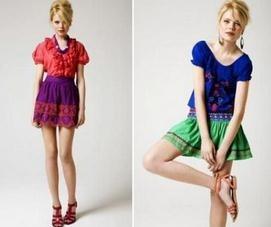 La falda campesina se caracteriza por tener vuelo y tiene estampados florales.