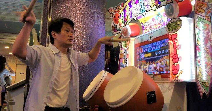 Les japonais et les bornes d'arcade c'est une grande histoire d'amour. Plusieurs fois sur le site je vous ai proposé des vidéos tournées dans les salles nippones nous montrant des joueurs maitrisant à la perfection certains titres et aujourd'hui c'est au tour de la borne Taiko No Tatsujin, la célèbre franchise de jeux de rythme créée par Namco il y a une quinzaine d'années.