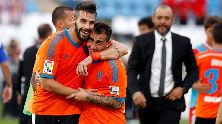 Negredo se aprestó a abrazar a Alcácer a la conclusión del partido del sábado en Gijón después de que su compañero lograra el tanto del triunfo en el tiempo de descuento. Alcácer h