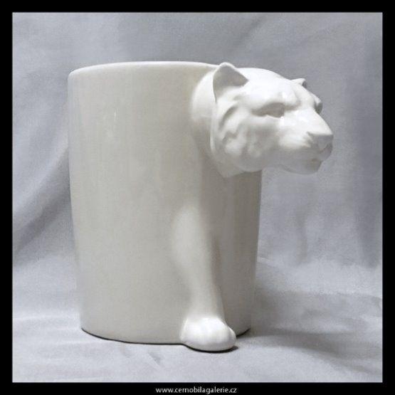 Hrnek v barvě světlounké bílé kávy, který má místo klasického ouška hlavu tygra.