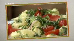 Σκορδάτη πατατοσαλάτα με ντομάτα και βασιλικό